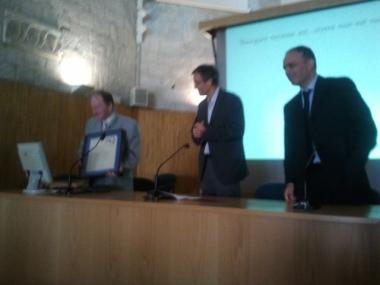 El Prof. Itsván Mayer amb el diploma acreditatiu del Premi Gamboa-Winkler 2013